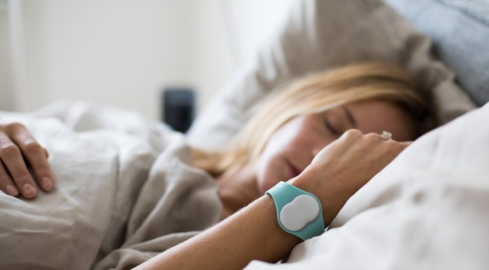 A Woman is wearing the Ava Wearable to get pregnant