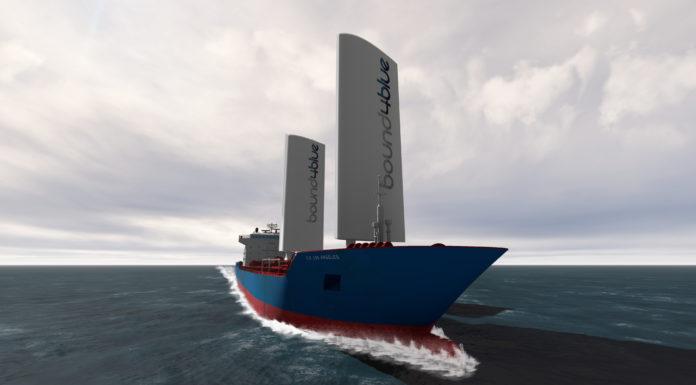 Das Flügelsegel von Bound4Blue auf einem Frachtschiff