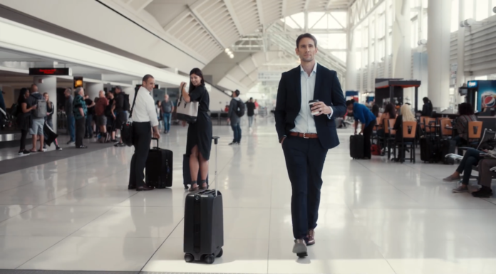 Ovis-suitcase-folloing-owner-at-the-airport