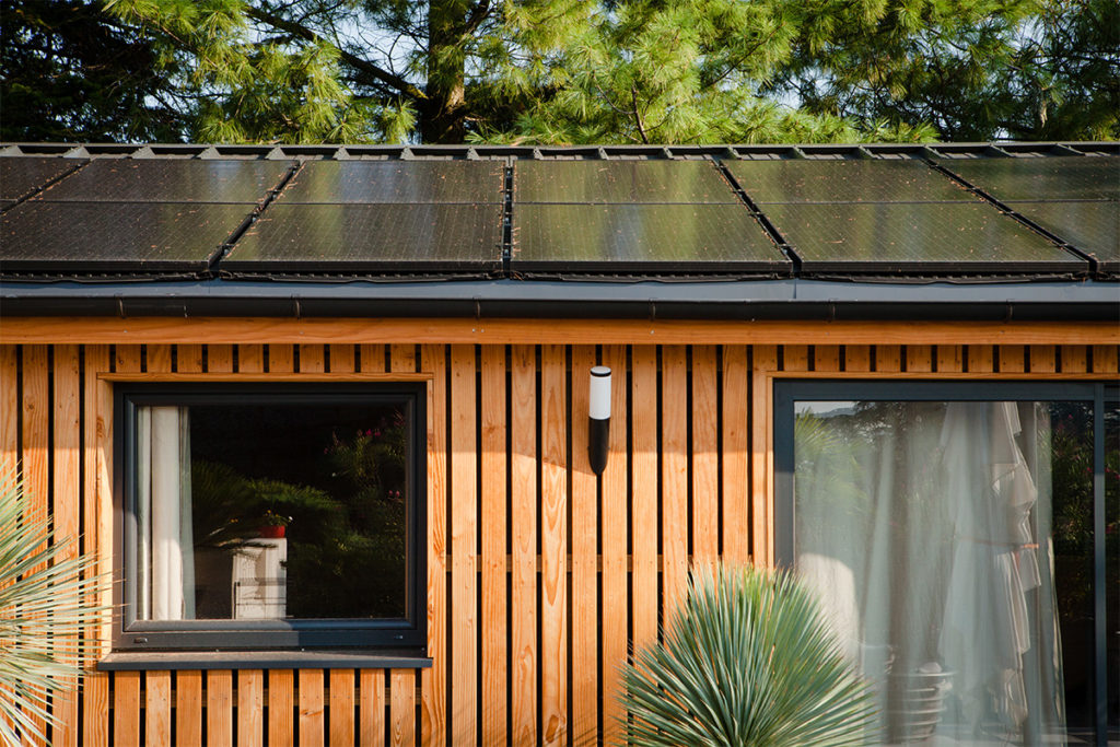 Solaire Box Wooden House with Solar Roof